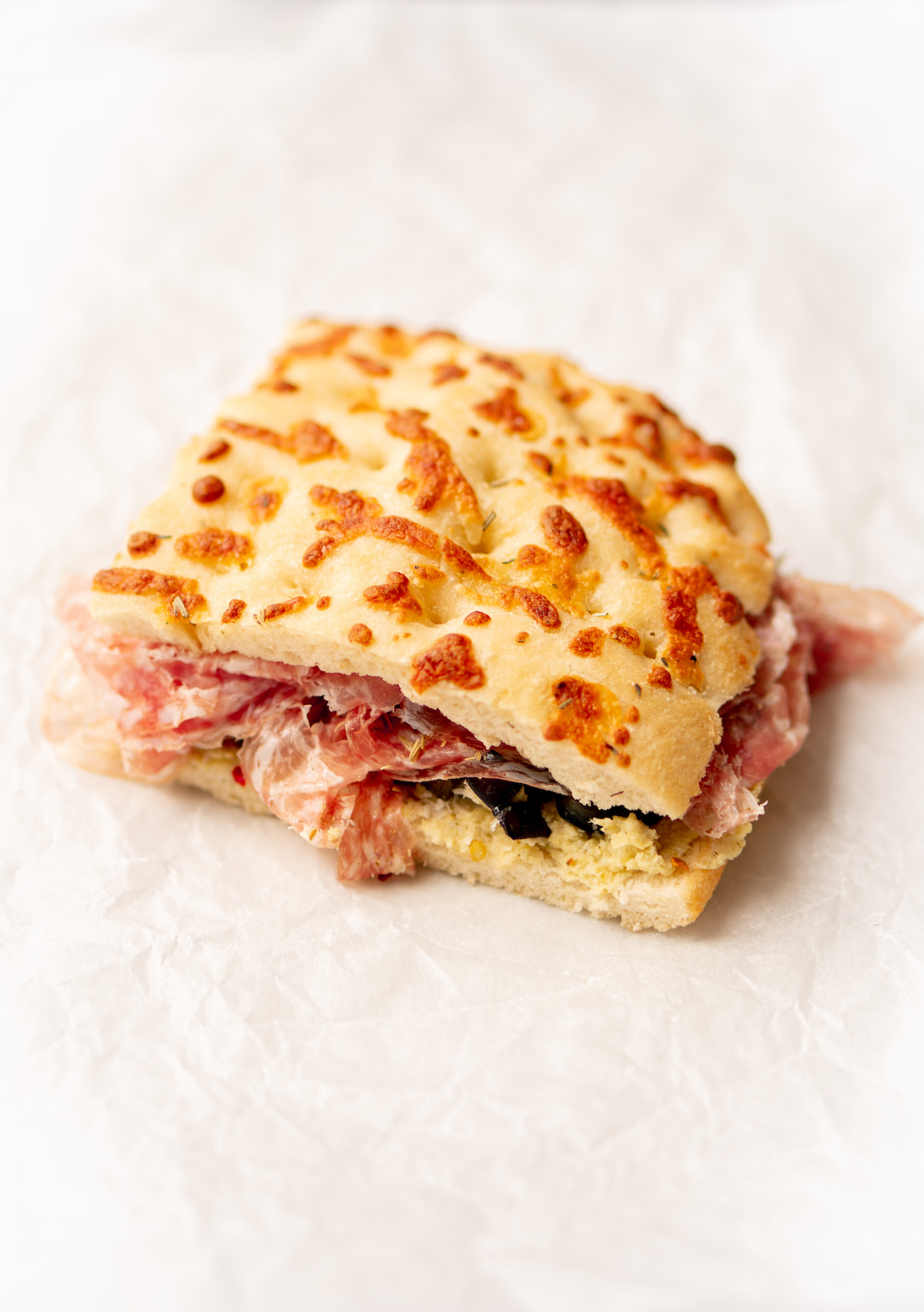 Focaccia met salami en artisjokkencrème