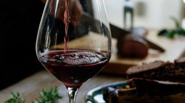 Afbeelding bij wijn decanteren en karafferen