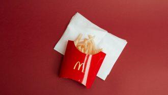friet in een bakje van mcdonalds