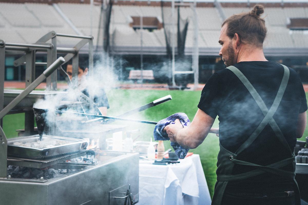 Koken op open vuur bij Wils