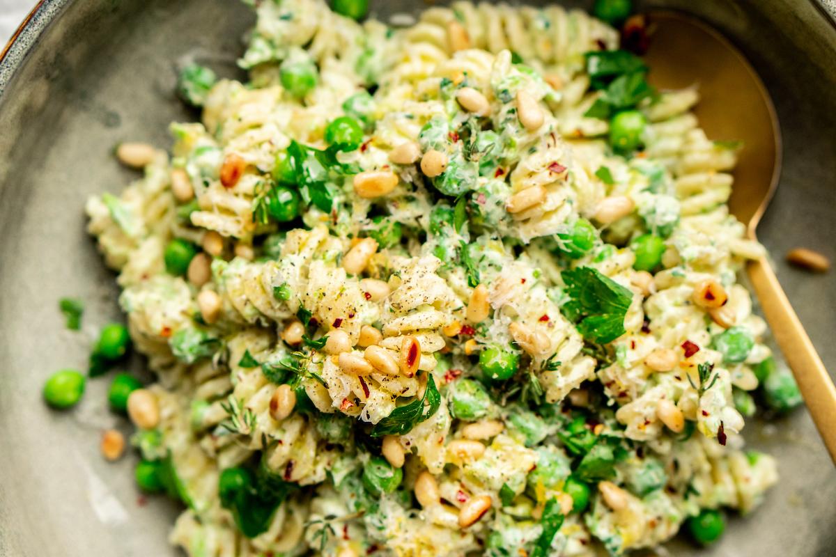Frisse zomer pasta met doperwten en citroen voor lunch op kantoor