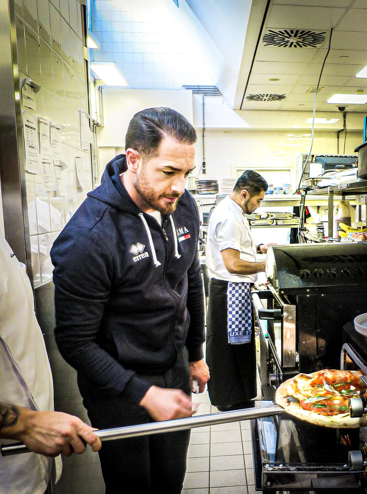 Dario Guerrasio die Napolitaanse pizza maakt