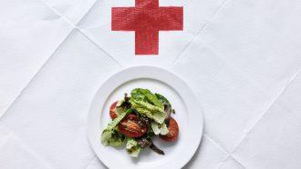 Tomaat, baby-romainesla en ansjovis salade