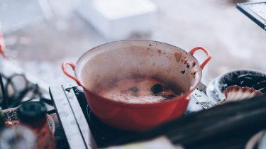 anti-aanbakpannen op kookvuur