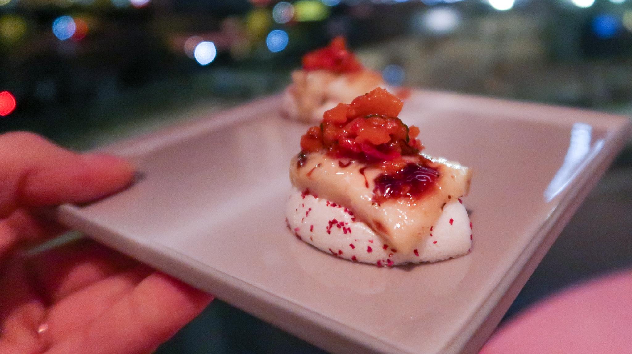 Amuse van aubergine op bedje van meringue