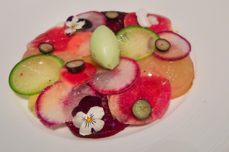 bord vol met rauwe groente en fruit bij &moshik