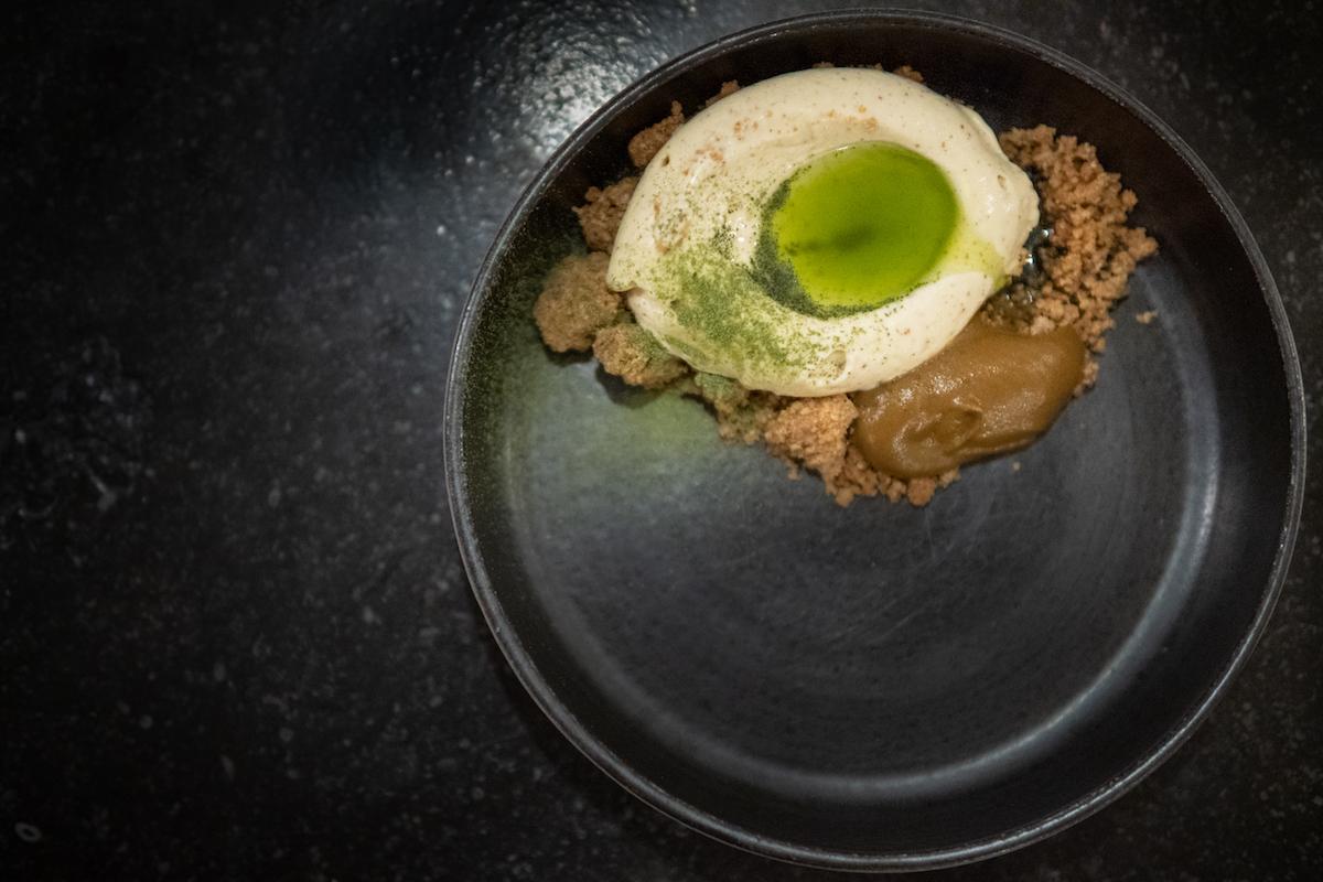 Eikenbast-ijs met zwarte pompoen, hysop en spelt