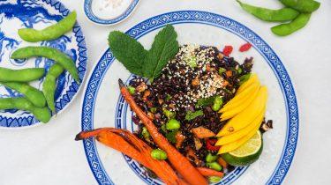 Aziatische salade met zwarte rijst