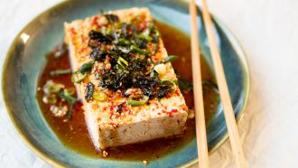 Warme tofu met sojadressing