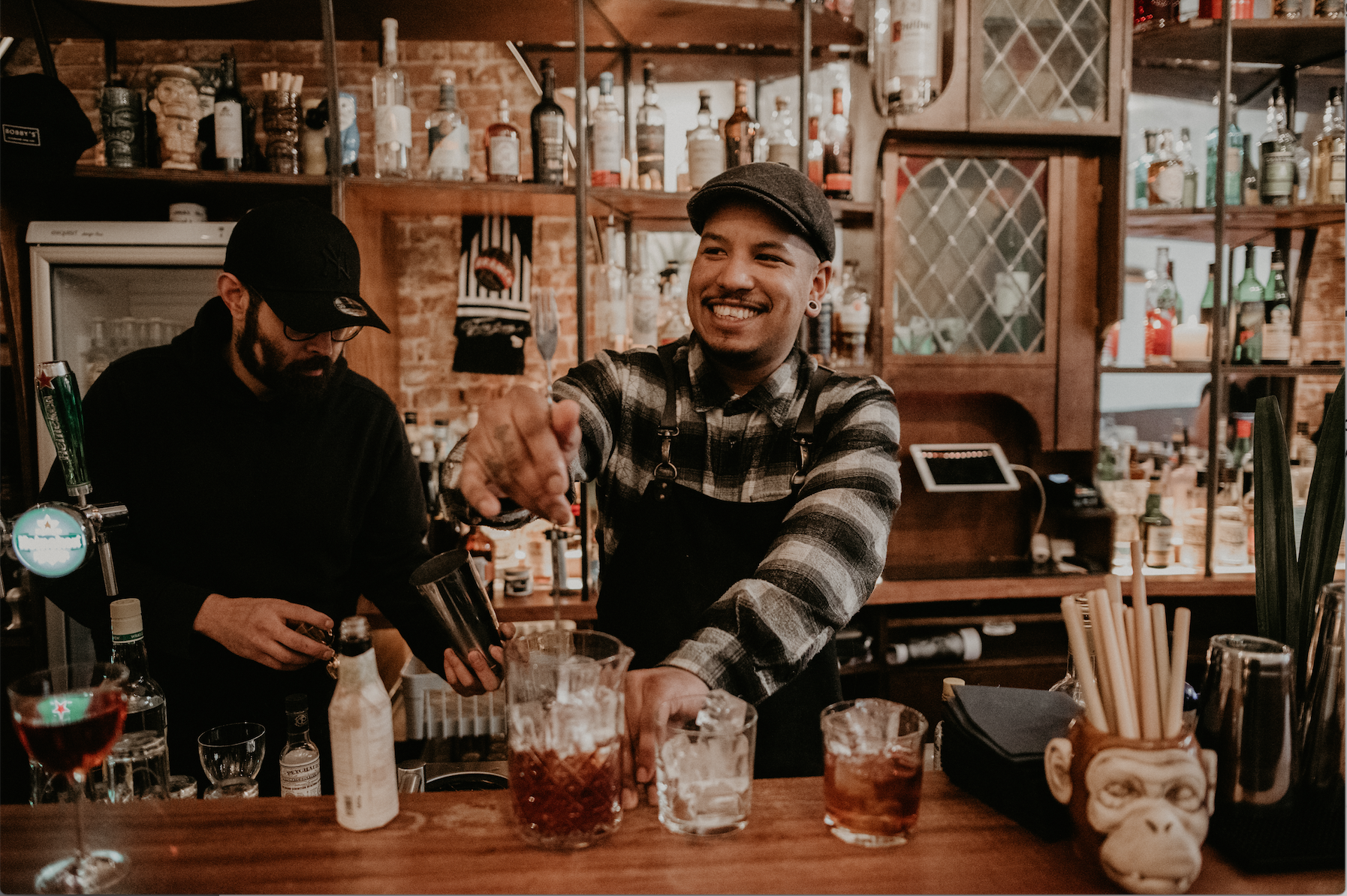 bartender van rumah maakt cocktail