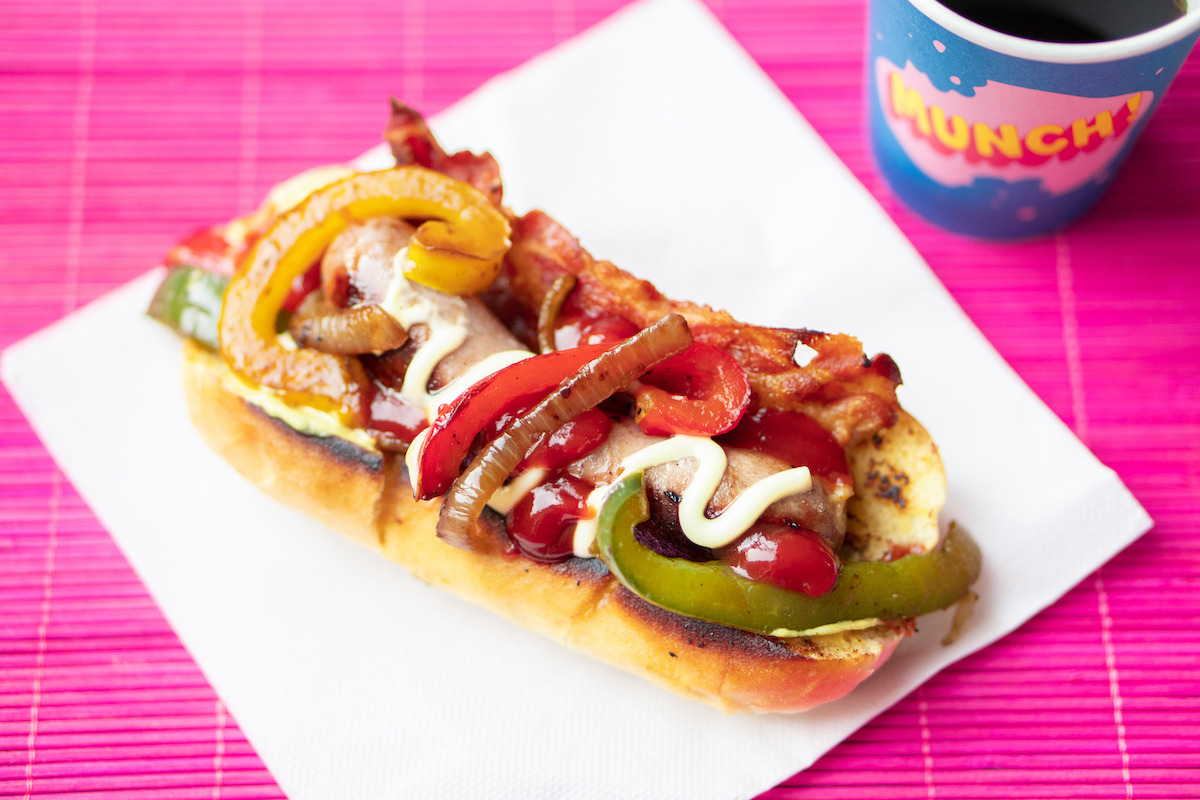 Hotdog met bacon en paprika