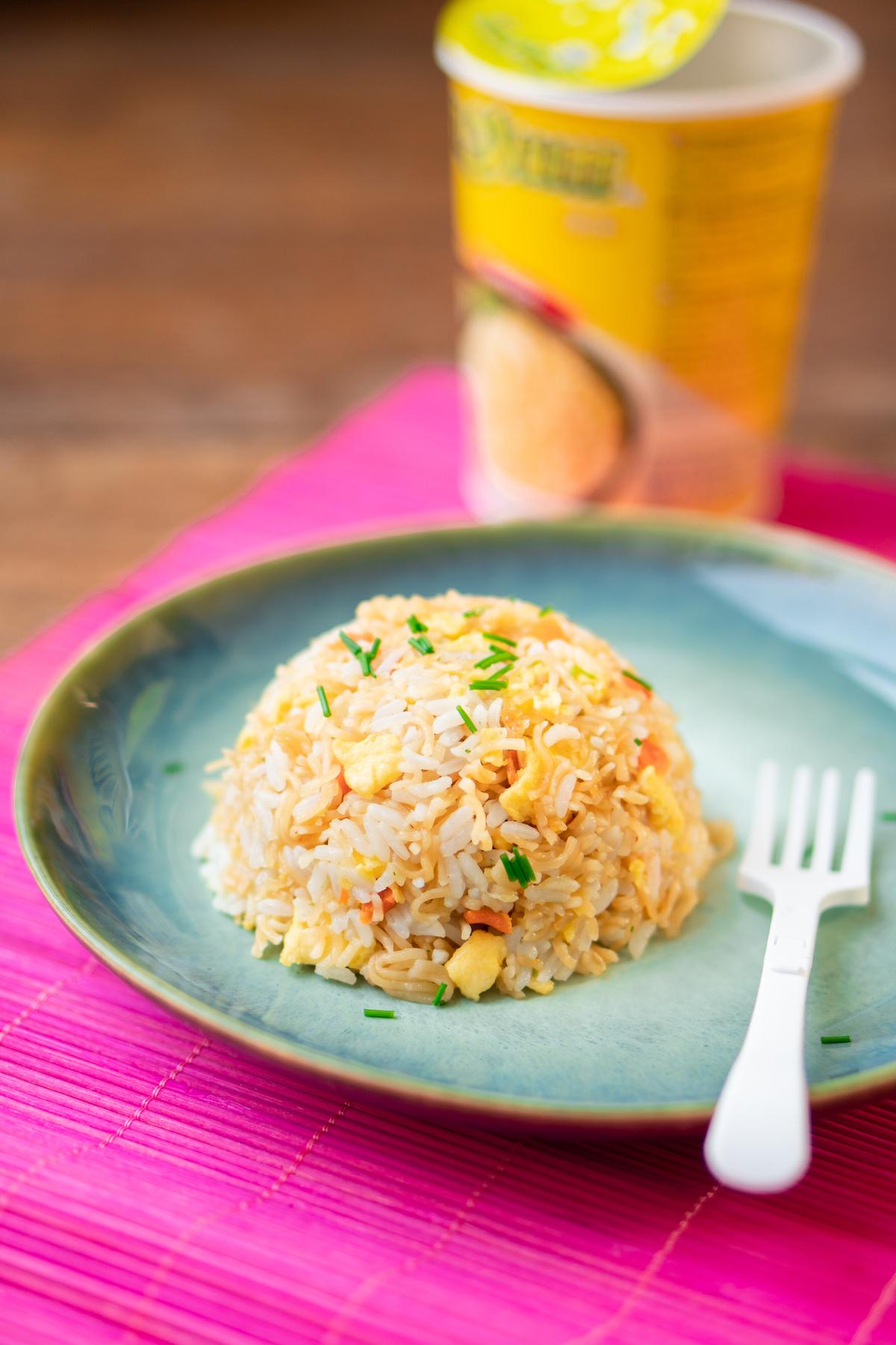 Gebakken rijst met instant noodles