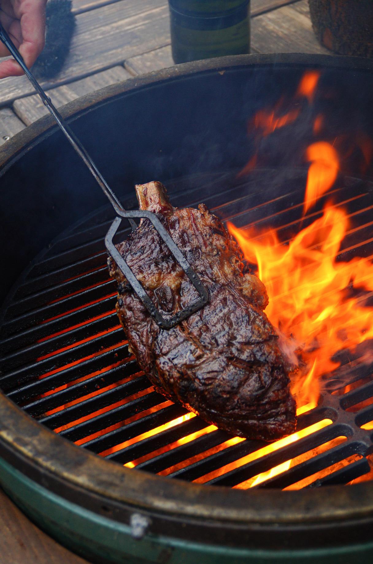 Lamsrack op de barbecue met geroosterde uien Culy.nl