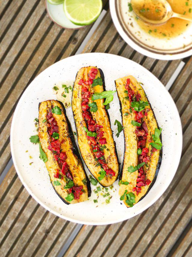 Spicy noedelsalade met mango en auberginespiesjes van de