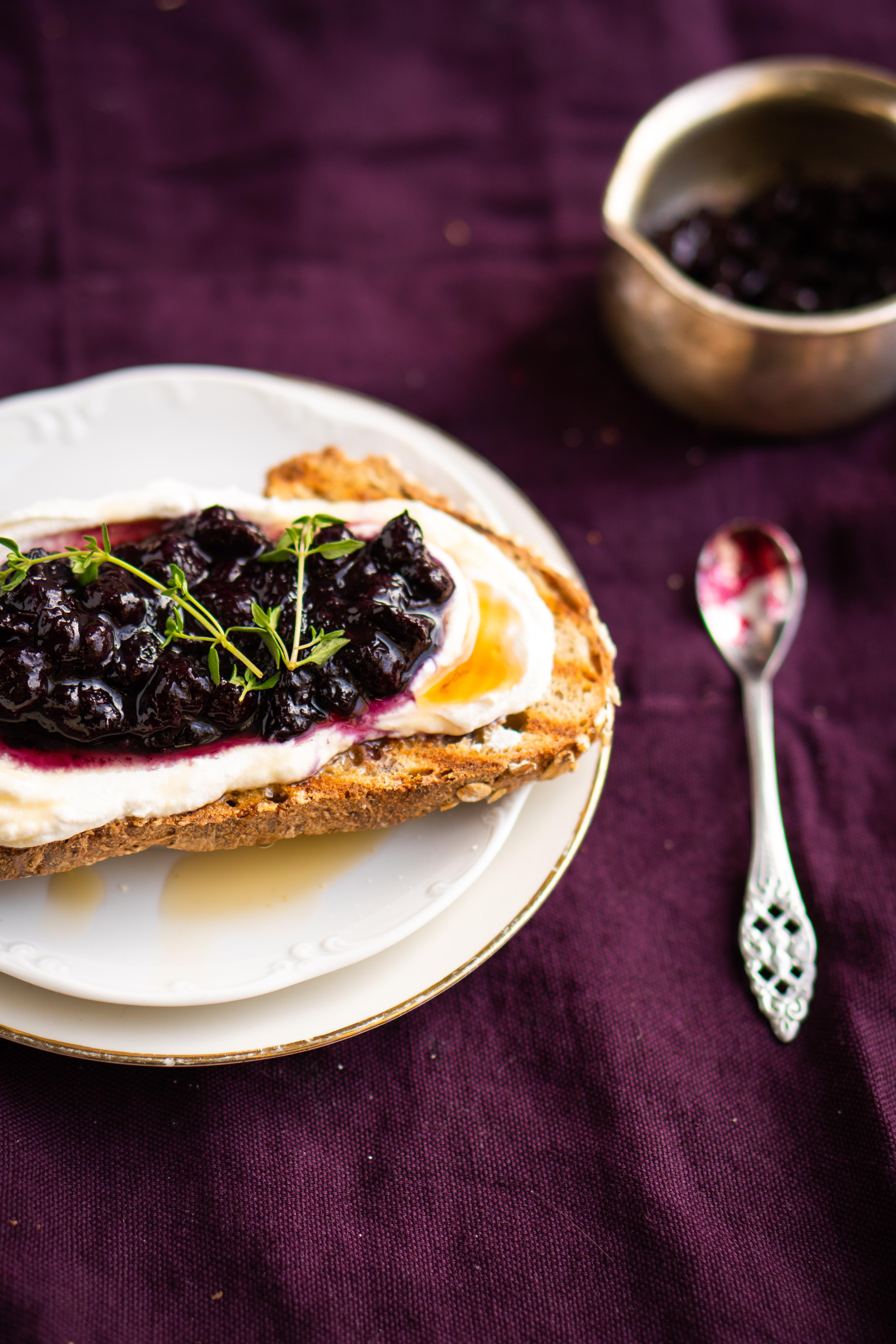 ontbijttoast met ricotta, bosbes en ahornsiroop
