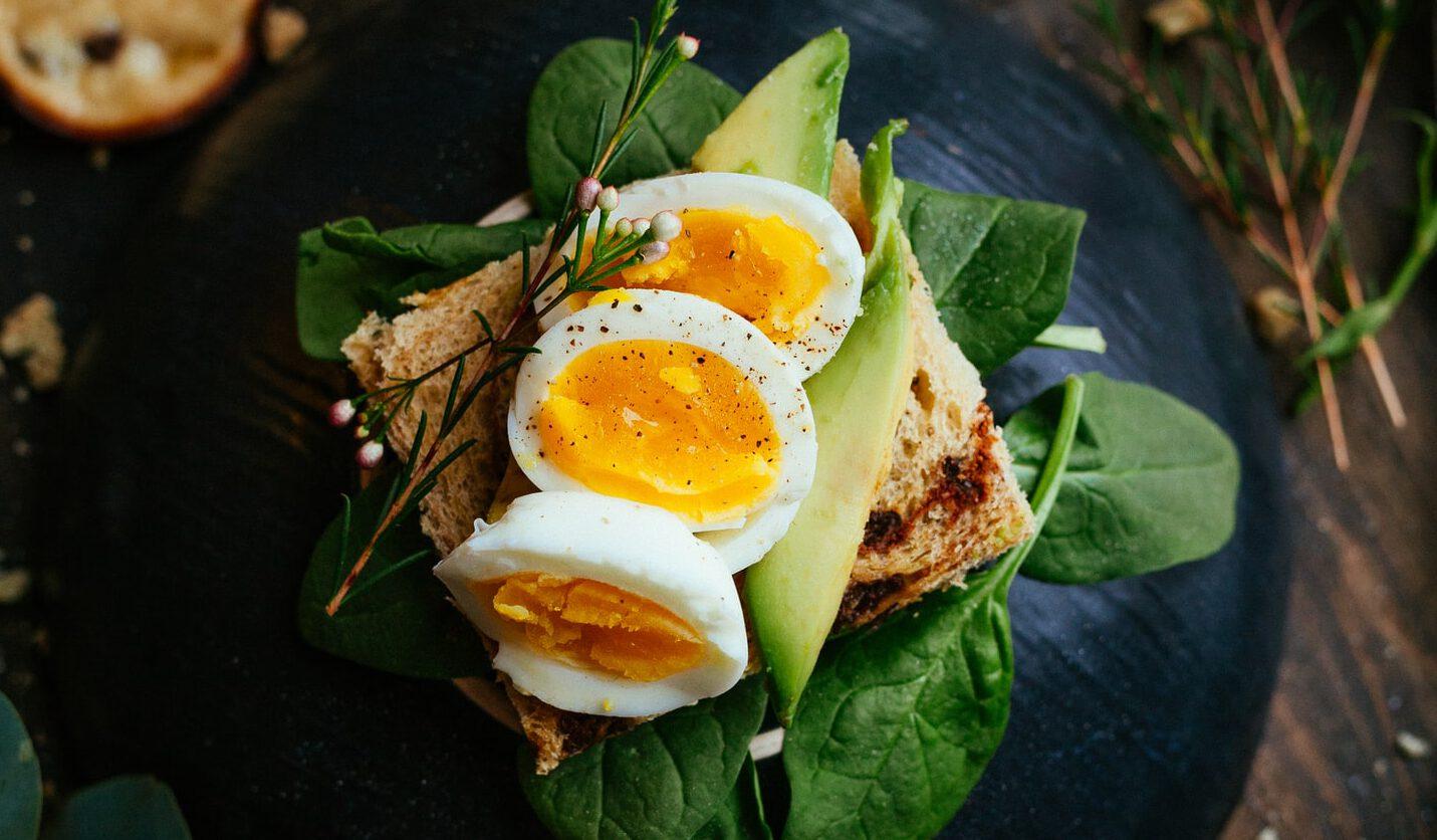 Eieren pellen? De hel. Maar met deze tip komt de schaal van je gekookte eieren meteen los.